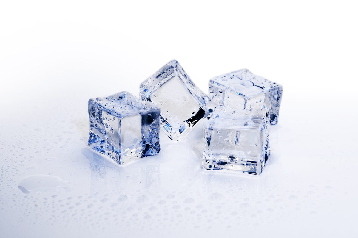 cerrar los poros usando cubitos de hielo