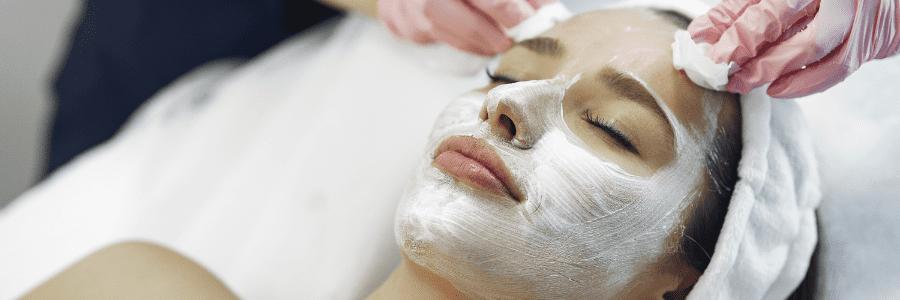 mujer con tratamiento de mascarilla