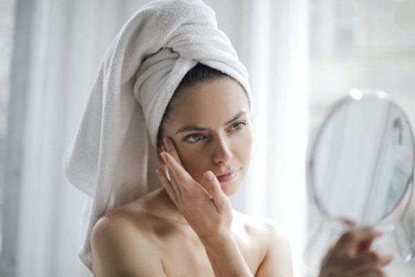 mujer frente a espejo abrir poros